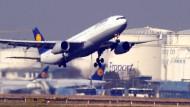 Ein Flugzeug startet vom Flughafen in Frankfurt