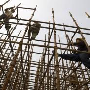 Wacklige Angelegenheit: Wanderarbeiter auf einem Baugerüst in Peking
