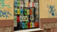 """Das Schaufenster des Ladens """"Analogetonträger"""" in Frankfurt."""