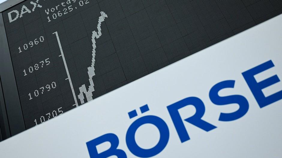 Die Dax-Kurve zeigt im Handelssaal der Frankfurter Wertpapierbörse über dem Wort Börse einen Anstieg: Der deutsche Leitindex steigt und steigt. Kommt bald ein Rücksetzer?