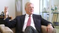 Werner Wenning, 69, hat 1966 als Lehrling zum Industriekaufmann bei Bayer angefangen. Von 2002 bis 2010 war er Vorstandschef von Bayer. Heute sitzt er in mehreren Aufsichtsräten. Wenning hat Mandate bei Bayer, Eon, Henkel, Siemens.