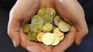 Dank der niedrigen Inflation bleibt den Lohnempfängern am Ende des Monats mehr Geld.