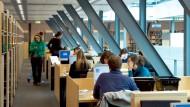 Recherche in der Bibliothek: Längst nicht alle wichtigen Journale sind überall erhältlich.