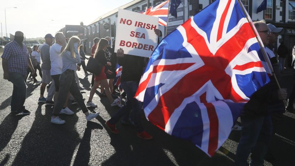 Das Volk in Aufruhr: Die Demonstranten wollen keine britische Seegrenze.