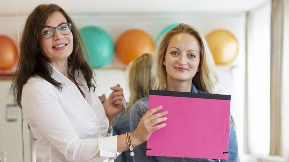 Man sieht nur, was man weiß: Jasmin Leheta (links) empfiehlt Katharina die passende Kleidung für ihren Typ.