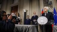 Staatspräsident Sergio Mattarella kündigt am Sonntagabend an, den Euro-Feind Savona nicht zum Wirtschaftsminister zu machen.