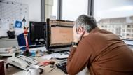 Müde am Montagmorgen: Daran könnte es liegen, dass an diesem Wochentag so viele Arbeitsunfälle passieren.