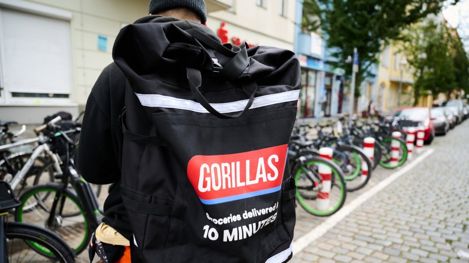Ein Gorillas-Angestellter in Berlin