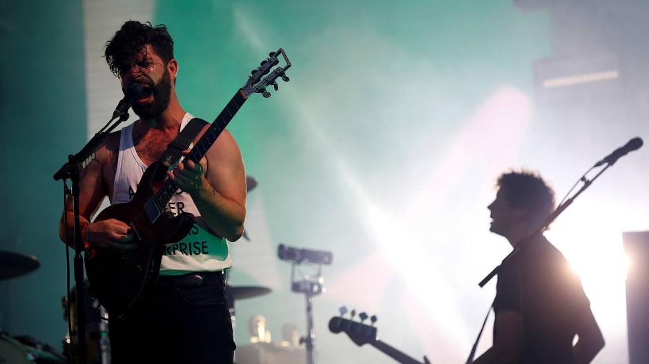 Voller Einsatz auf der Bühne: die britische Indie-Rock-Band Foals auf dem Glastonbury Festival