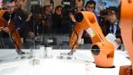 Großes Interesse an Kuka - unser Bild zeigt den Andrang auf der Hannover Messe am 23. April dieses Jahres.