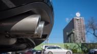 Volkswagen vor und nach dem Abgasskandal: Die Menschen schätzen den Beitrag des Unternehmens zum Gemeinwohl nun gänzlich anders ein.