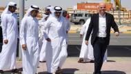 Da hatte er noch gut lachen: Fifa-Präsident Gianni Infantino (rechts) im April zu Besuch in Qatar