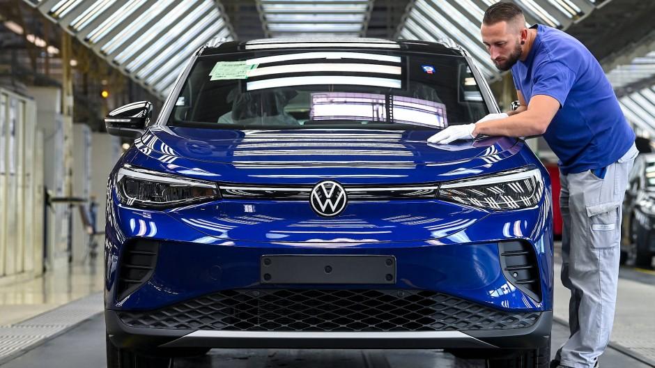 Hoffnungsträger: Ein VW-Mitarbeiter kontrolliert in Zwickau das elektrische SUV-Modell ID.4