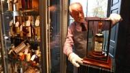Danny McIlwraith vom Auktionshaus Bonhams mit der teuersten Flasche Whisky der Welt.