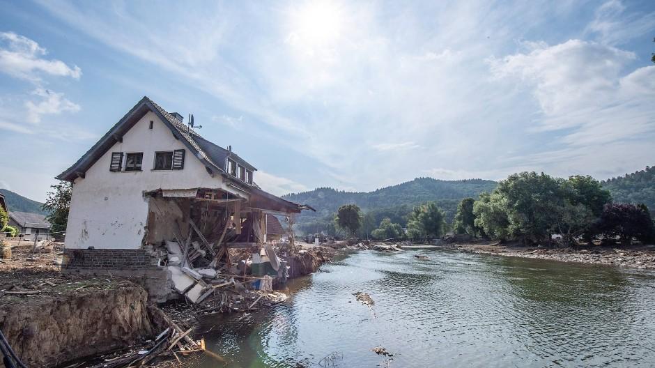 Ein nach der Hochwasserkatastrophe völlig zerstörtes Haus steht am Ufer der Ahr.
