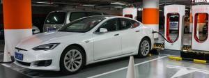 Tesla-Auto in einem Parkhaus in Shanghai