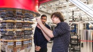 Ein Mitglied des Quanten-Projekt-Teams zeigt Google-CEO Sundar Pichai das Innere des Quantencomputers.