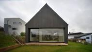 Steile Sache: Am Ortsrand von Ottweiler fällt das Haus der Familie Strobel nicht nur des Satteldachs wegen auf. Entwurf Bayer & Strobel Architekten.