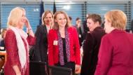 Chefin der Berliner Verkehrsbetriebe Sigrid Nikutta (Mitte) inmitten von Polit-Prominenz bei einer Konferenz über Frauen in Führungspositionen