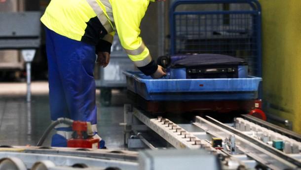 Verwaltungsangestellte müssen am Frankfurter Flughafen Koffer schleppen