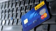 Zahlen mit Kreditkarte im Netz wird günstiger.