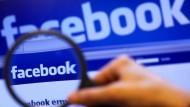 Was postet der kranke Mitarbeiter auf Facebook?