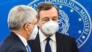 Italiens Ministerpräsident Mario Draghi (rechts) und sein Schatz- und Finanzminister Daniele Franco