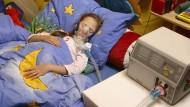 Intensivpflege im eigenem Kinderzimmer: Ein Kind mit einem Heimbeatmungsgerät. Wenn es nach Gesundheitsminister Jens Spahn geht, könnte es in Zukunft noch mehr Heimpflege geben.