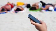 Seit 2007 sind die erlaubten Aufschläge für Telefonie, SMS-Versand und Datennutzung im EU-Ausland bereits um 90 Prozent gefallen.