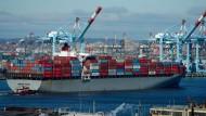 Containerschiff im Hafen von New Jersey: Der Welthandel wird dieses Jahr doppelt so schnell wachsen wie vergangenes Jahr, sagt die WTO voraus.