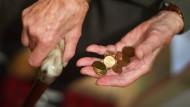 Was wird aus der Rente? Die Regierung will das Urteil einer Expertengruppe abwarten.