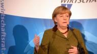 Für Merkel steht außer Frage, dass es Änderungen am EEG geben muss.