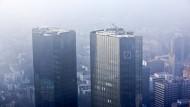 Im Dunst: die Zwillingstürme der Deutschen Bank in Frankfurt