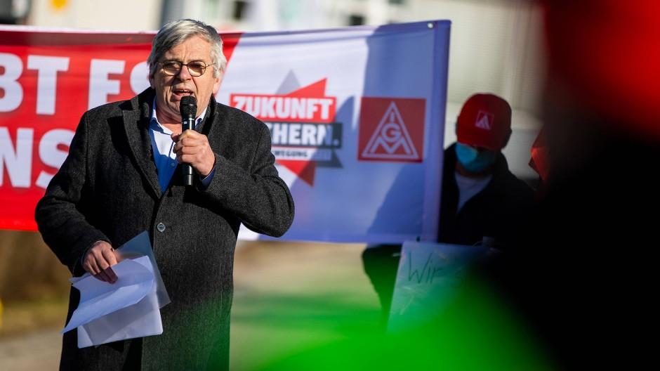 IG-Metall-Chef Jörg Hofmann auf einer Protestkundgebung in Baden-Württemberg