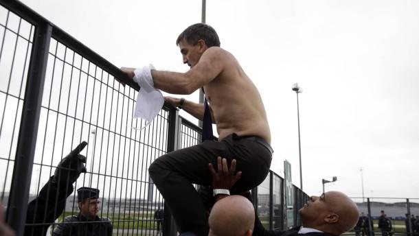 Wütende Mitarbeiter gehen auf Air-France-Manager los