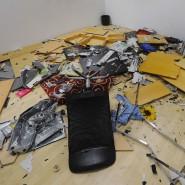 """Solch extreme Bilder hinterlässt Gewalt im Büro in der Regel nicht: Die Aufnahme zeigt einen als Büro eingerichteten """"Wutraum"""" in München, in dem Menschen Stress abbauen sollen, indem sie die Einrichtung bewusst zertrümmern dürfen."""