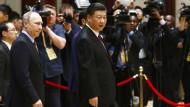 Der chinesische Präsident Xi Jinping (rechts) zusammen mit dem russischen Präsidenten Wladimir Putin (links) bei der Gipfelkonferenz zur «Neuen Seidenstraße» in Peking.