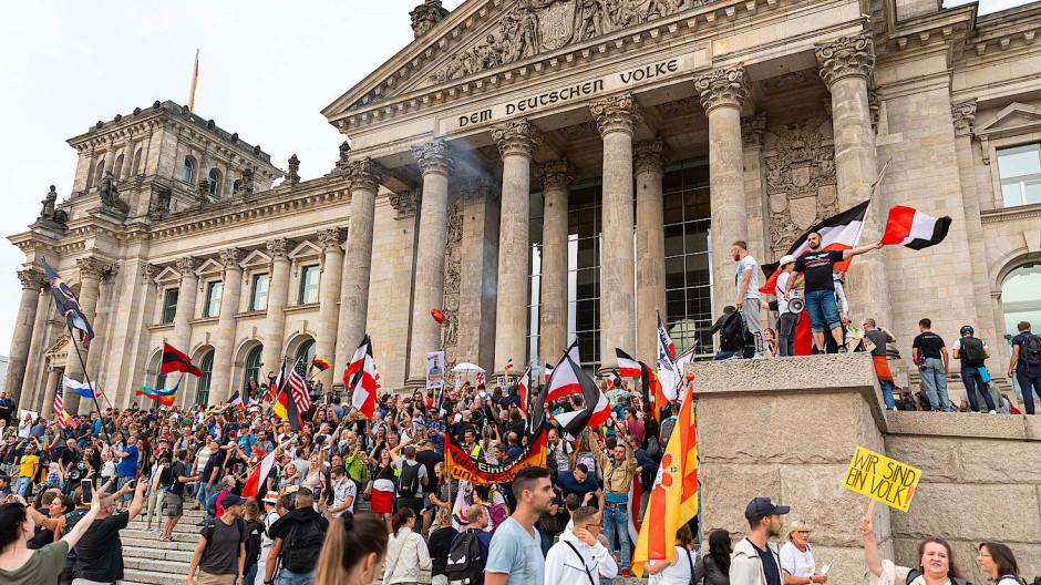 Reichsflaggen vor dem Parlamentsgebäude