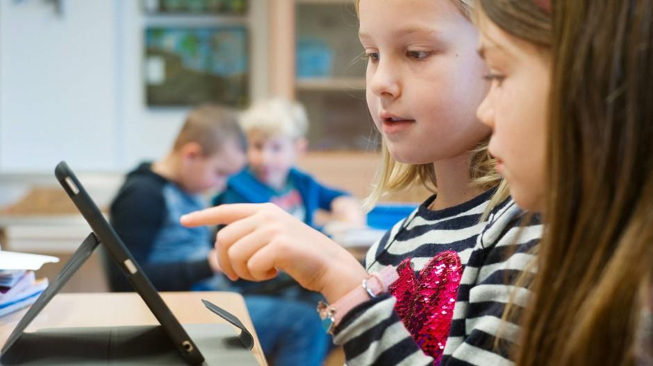 Grundschulkinder bei der Arbeit mit Tablets im Unterricht an der Wiesbachschule in Grävenwiesbach