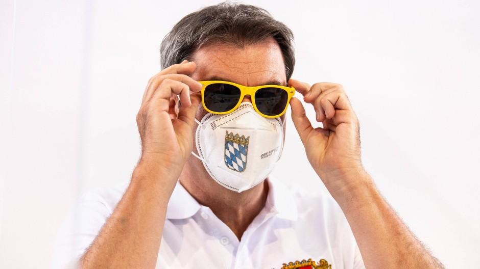 Markus Söder auf der Landesversammlung der Jungen Union Bayern mit der gelben Sonnenbrille, die ihm die Nachwuchs-Organisation schenkte.