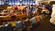 Nicht alles schafft das Ehrenamt: Kleiderausgabe in der Notunterkunft für Flüchtlinge im nordrhein-westfälischen Olpe