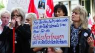"""Die """"Schlecker-Frauen"""" demonstrieren gegen die Folgen der Insolvenz (unser Bild zeigt einen Protest vom 7. Juni 2012)."""