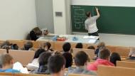 Lernen Akademiker in Europa das Richtige? Oder wären viele in einer Ausbildung besser aufgehoben?