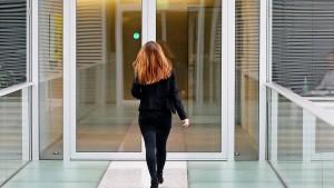 Westdeutsche Frauen passen sich im Job oft Ostdeutschen an