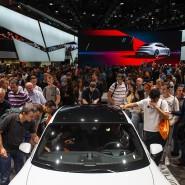 Besucher der IAA schauen sich am Stand von Porsche einen Taycan Turbo S an.