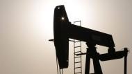 Eine Ölpumpe auf dem Feld Sakhir in Bahrain.