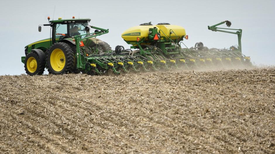 Ein Landwirt im amerikanischen Springfield pflanzt Sojabohnen auf einem Feld
