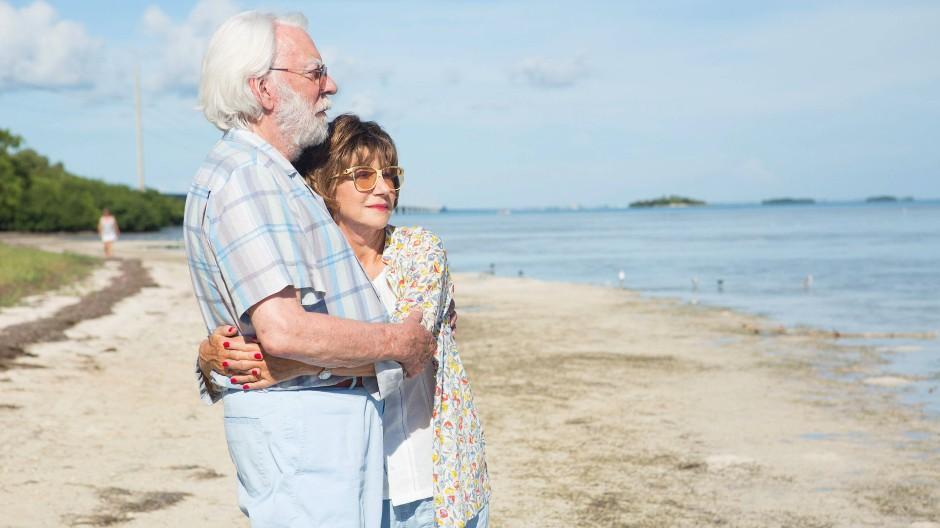 """Im Film """"Das Leuchten der Erinnerung"""" spielt Donald Sutherland einen an Alzheimer erkrankten Mann, der mit seiner Frau Ella (Helen Mirren) in einem betagten Wohnmobil durch Amerika tourt - und sie an der Tankstelle vergisst."""