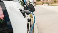 Deutscher Sonderweg in Zeiten des billigen Öls: Bis 2020 sollen dank staatlicher Förderung eine Millionen Elektroautos auf den Straßen sein.
