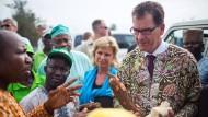 """""""Afrika ist der Chancen- und Wachstumskontinent"""", sagt Gerd Müller, hier im Juni mit nigerianischen Bauern."""